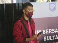 hombre con covid se disfraza para abordar avion en indonesia