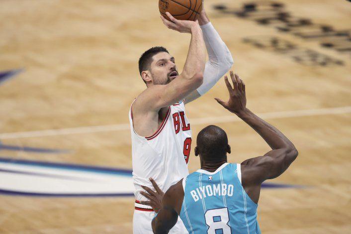 Bulls arrollan 120-99 a los Hornets; barren la serie