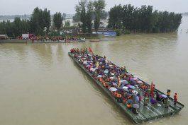 hombre sobrevive 3 dias en estacionamiento inundado en china