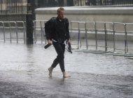 londinenses limpian casas y calles tras inundaciones