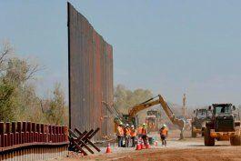el gobierno de biden considera construir los huecos faltantes del muro con mexico, segun reporte