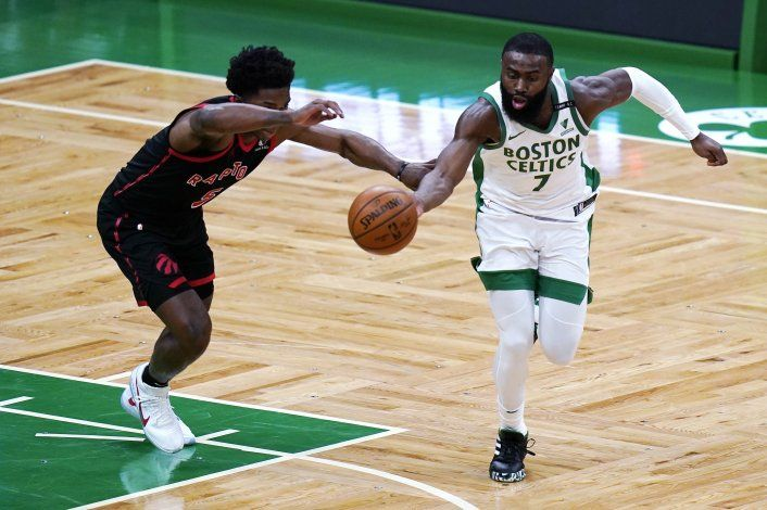 Tatum anota 27 puntos; Celtics se aprovechan de Raptors