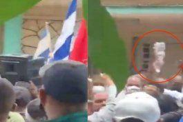 cubanos lanzaron botellas de agua vacias al dictador miguel diaz-canel cuando fue a san antonio de los banos