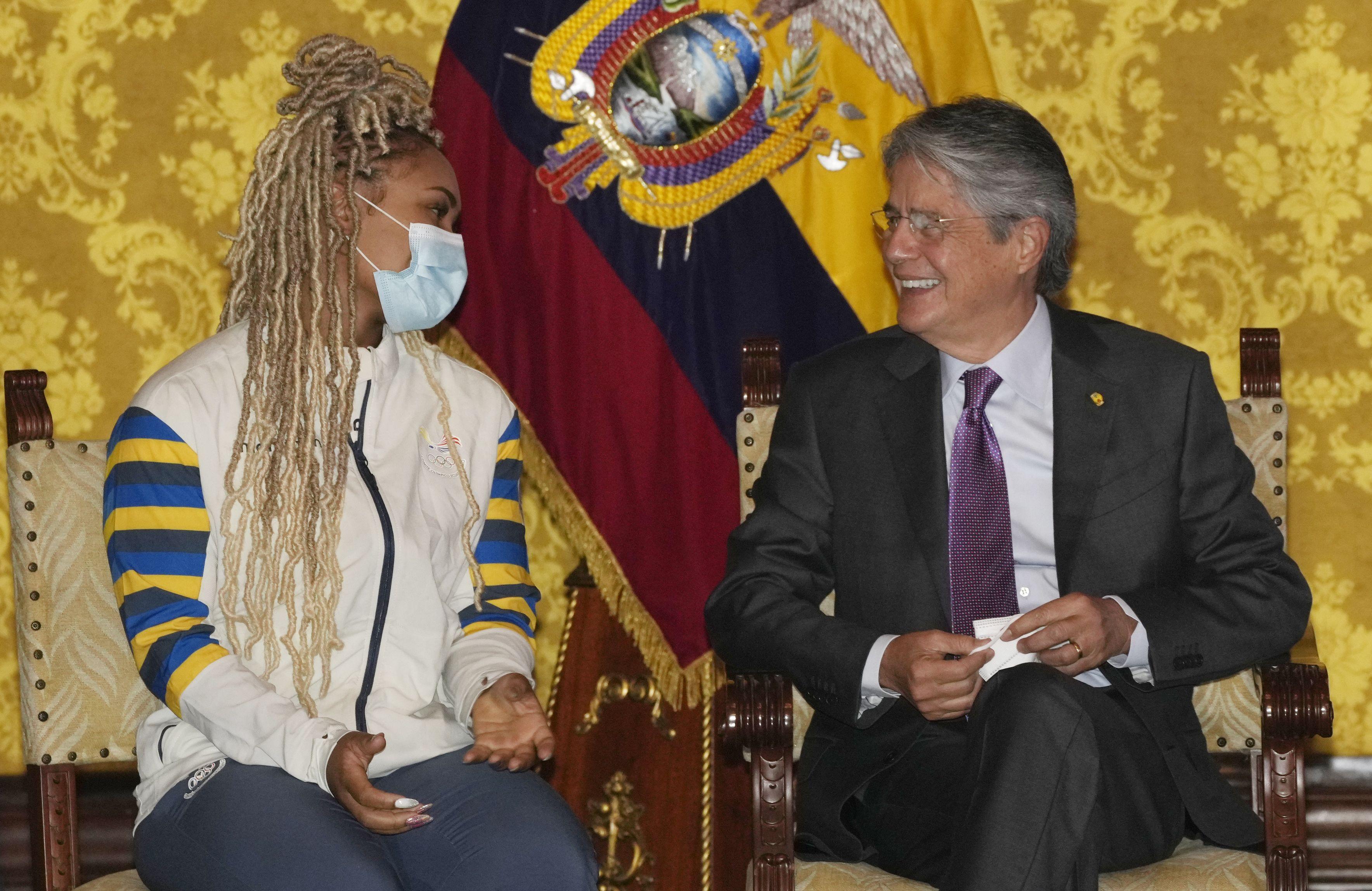 presidente ecuatoriano premia a medallistas olimpicos