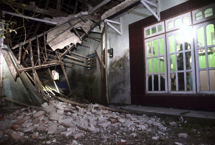 Fuerte sismo deja al menos 8 muertos y daños en isla de Java