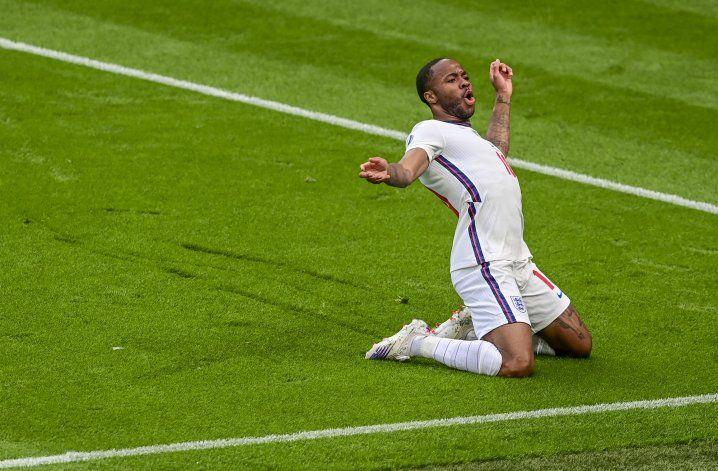 Sterling salva de nuevo a Inglaterra, que vence a los checos