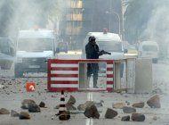 policia dispersa con gas lacrimogeno protesta en tunez