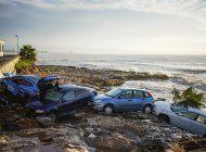 inundaciones arrastran autos al mar en noreste de espana