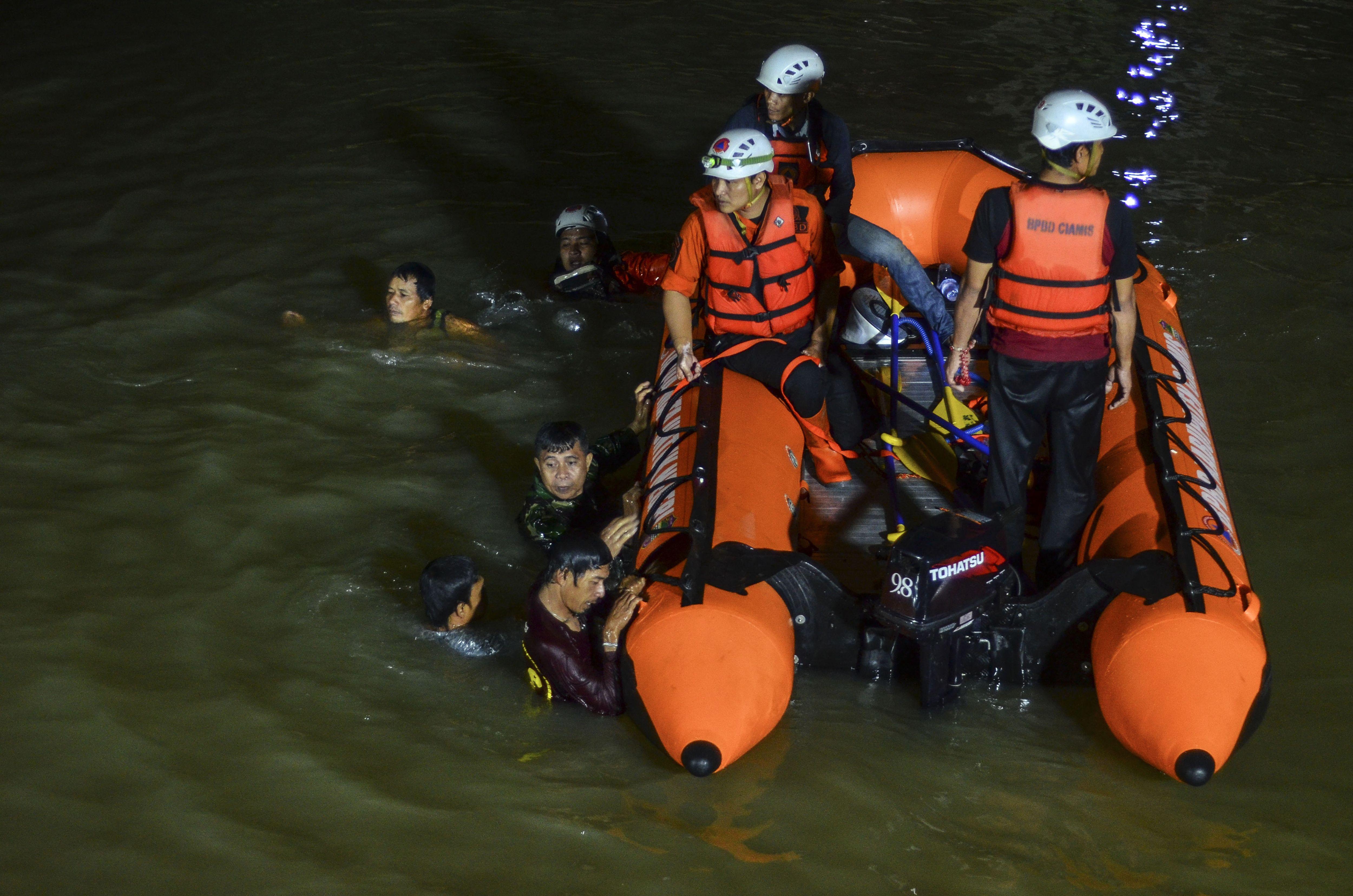 indonesia: 11 estudiantes se ahogan cuando limpiaban un rio