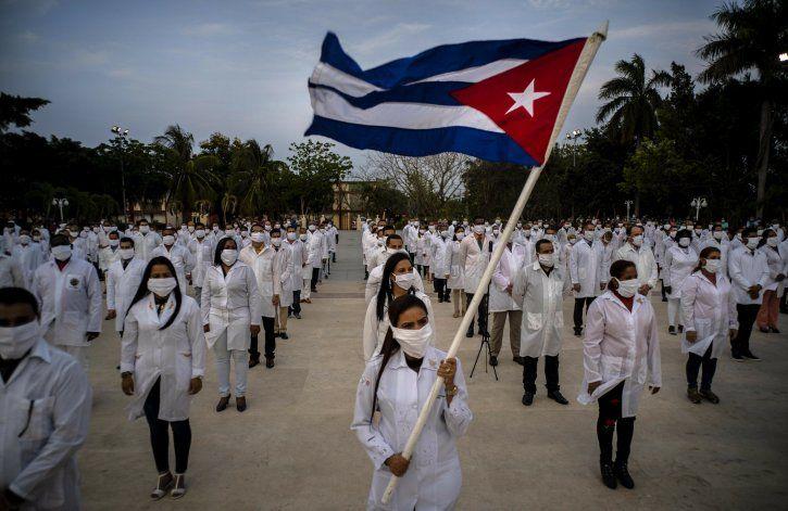 Médicos cubanos son enviados a decenas de países en el mundo.