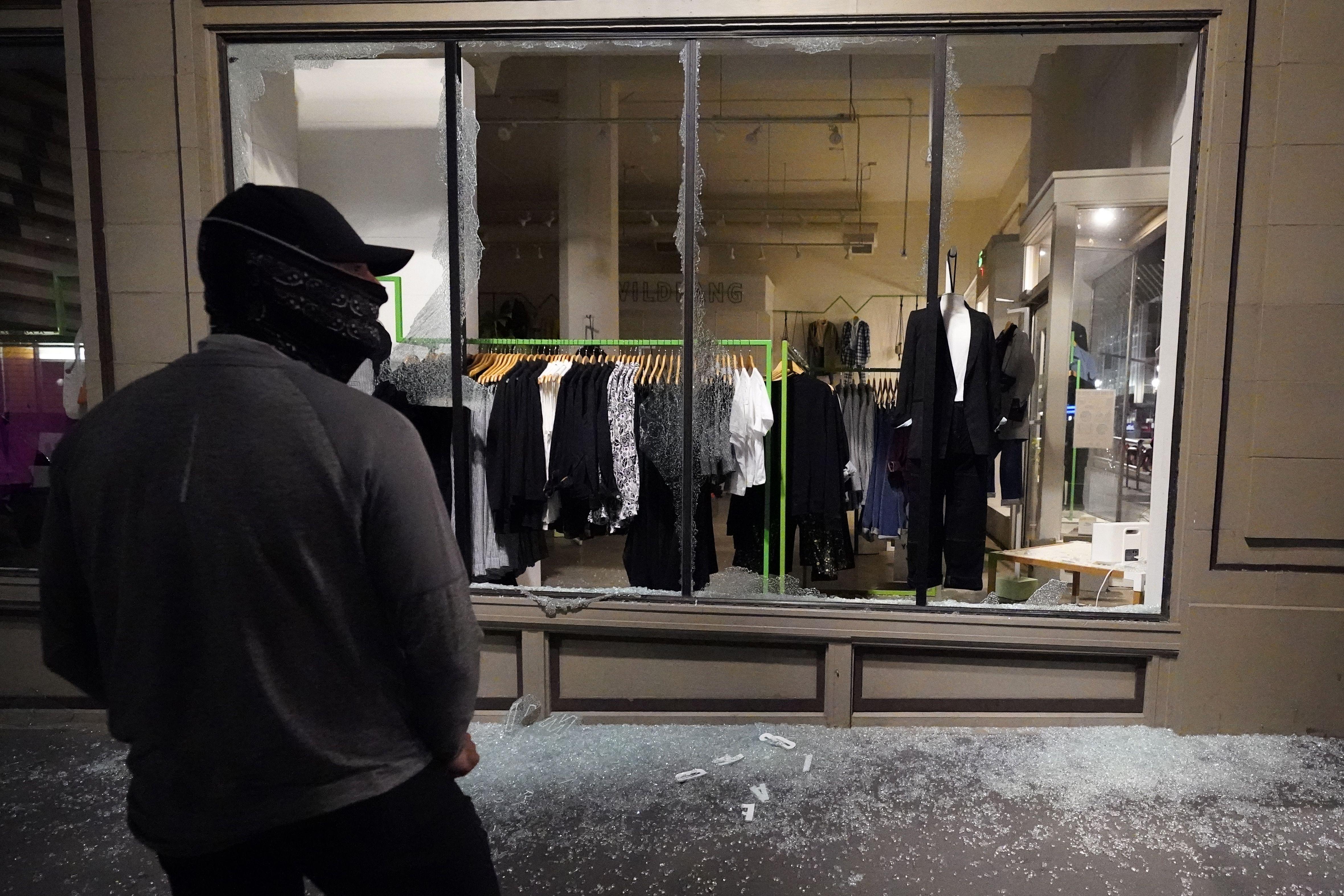 policia de portland duda en controlar protestas violentas