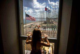 Una niña mira desde un ventanal de la Embajada de Estados Unidos en Cuba.