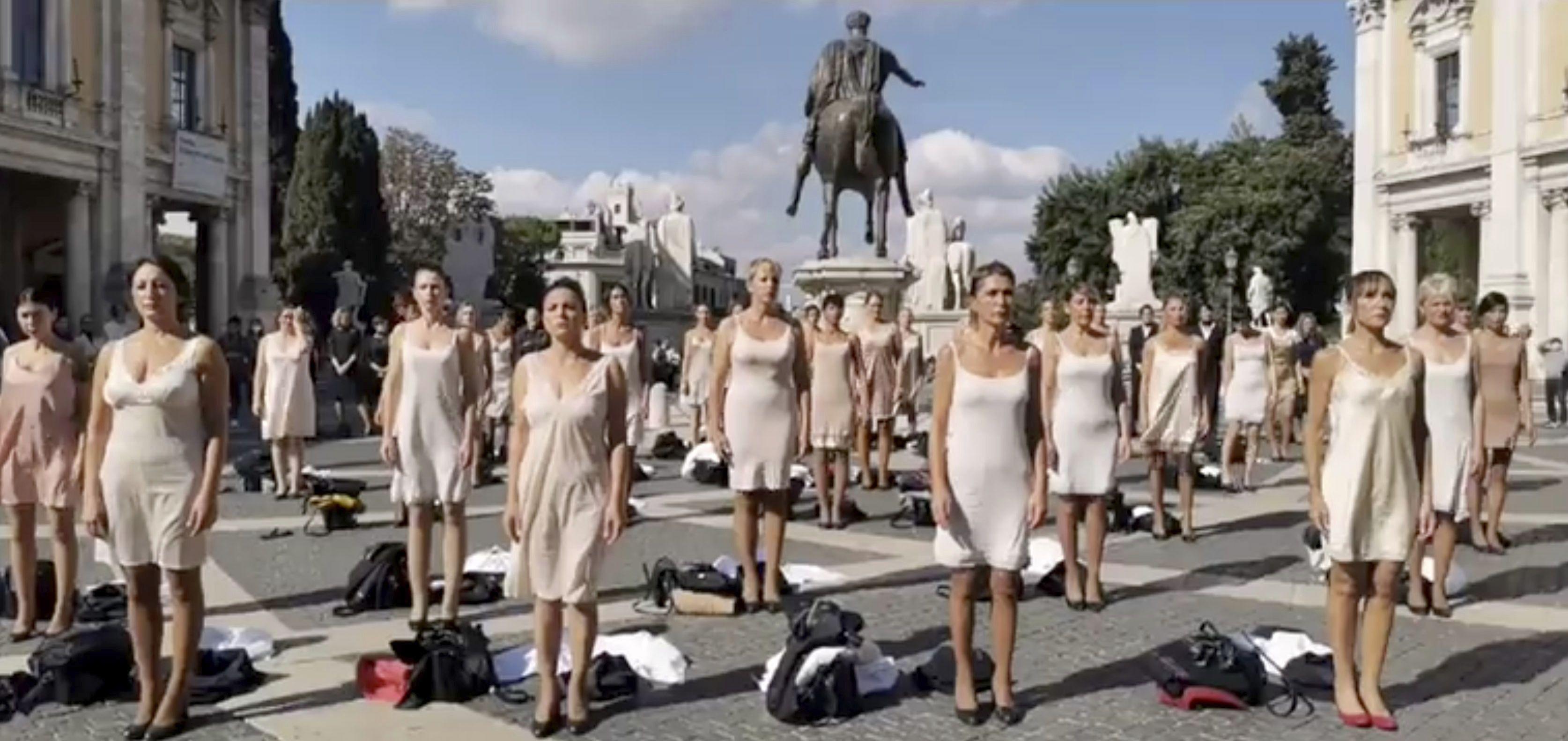 Sobrecargos de Alitalia protestan en ropa interior en Roma