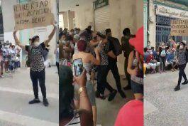 joven sale en pleno bulevar de san rafael de la habana con un cartel con el texto no mas represion