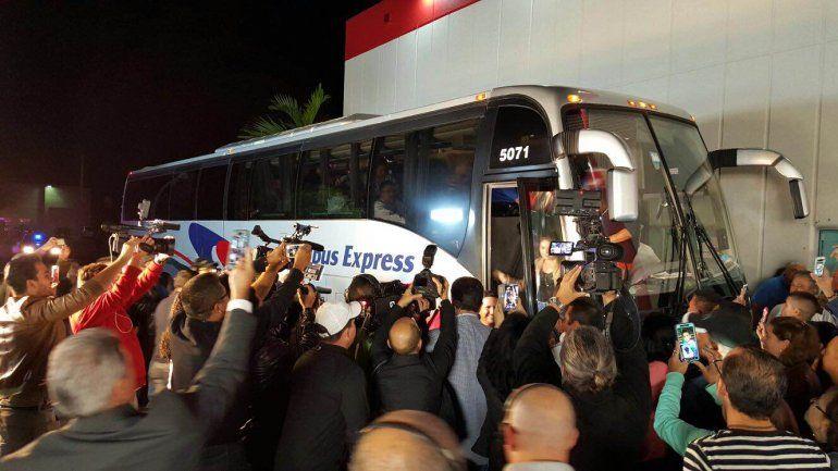 Llegan los primeros cubanos varados en Costa Rica a Miami