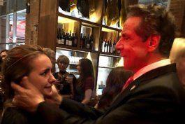 ¿puedo besarte?: la foto que muestra el acoso de andrew cuomo a una mujer en medio de una boda
