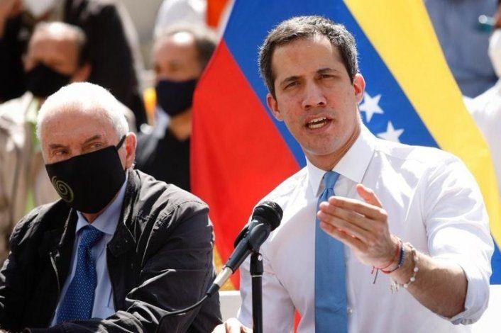 El presidente interino de Venezuela Juan Guaido es felicitado por recibir el premio FAES por la Libertad