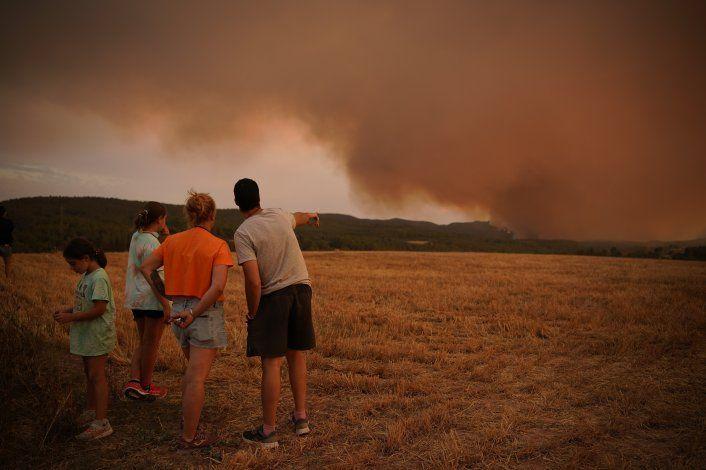 La lluvia ayuda a combatir un gran incendio en España