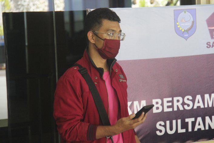Hombre con COVID se disfraza para abordar avión en Indonesia