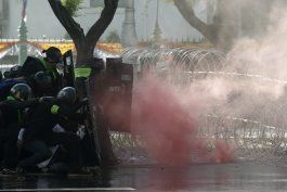 policia de tailandia reprime protestas con gas lacrimogeno
