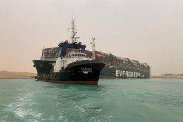 Barco de contenedores Ever Given en el Canal de Suez. Egipto, marzo 24, 2021. SUEZ CANAL AUTHORITY/Handout via REUTERS