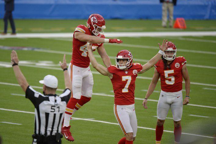 Chiefs vencen a Chargers con gol de campo en tiempo extra