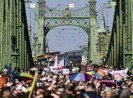 miles marchan en desfile lgbtq de hungria para protestar ley