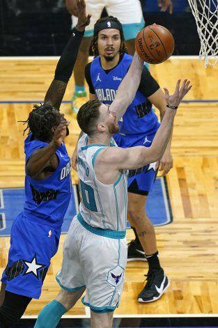Con ayuda de Hayward, los Hornets remontan y vencen al Magic