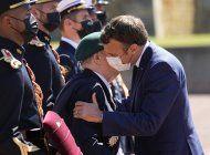 macron revive la tradicion de saludar de beso en la mejilla