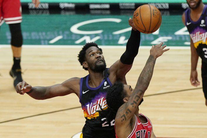 Booker y Ayton ayudan en triunfo de Suns sobre Bulls