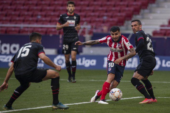 El Atlético golea para afianzarse en la cima de España