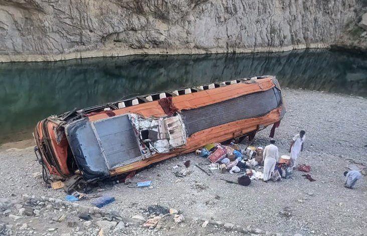 Un bus con peregrinos vuelca en Pakistán, hay 19 fallecidos
