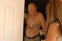 Peguero en el portal de su casa en Miami, abordado por Telemundo 51.