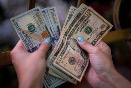 cubanos reaccionan a anuncio del regimen sobre depositos en dolares