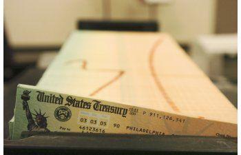 EL IRS paro de mandar los cheques ¿Cómo reclamarlos?