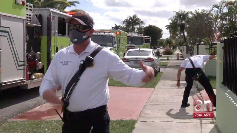 Bomberos rescatan a una pareja de ancianos atrapados mientras un incendio consumía su casa