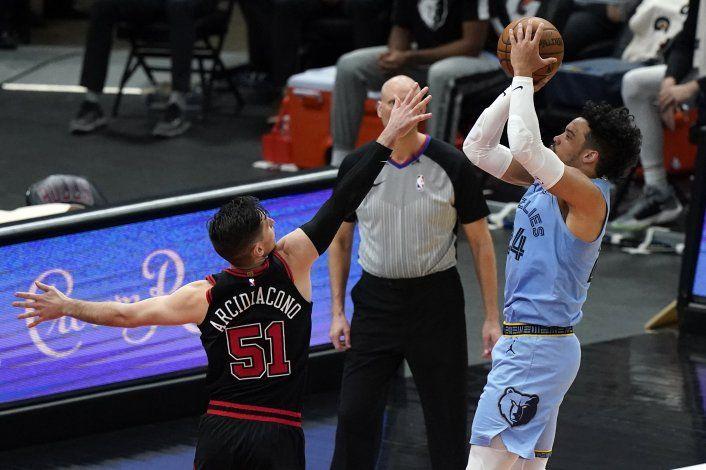 Brooks logra 32 puntos; Grizzlies se imponen a Bulls