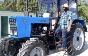 Un campesino cubano agradece a la Revolución por comprar un tractor .. en 27.000 dólares