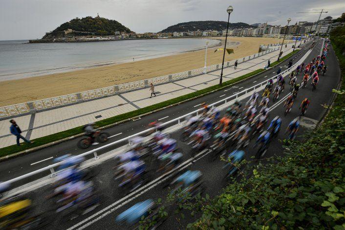 El campeón Roglic gana etapa inicial de la Vuelta a España