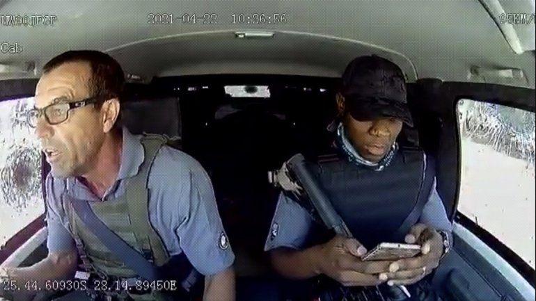 VIDEO: El brutal ataque armado a un carro de valores en movimiento sorprende por los nervios de acero del conductor