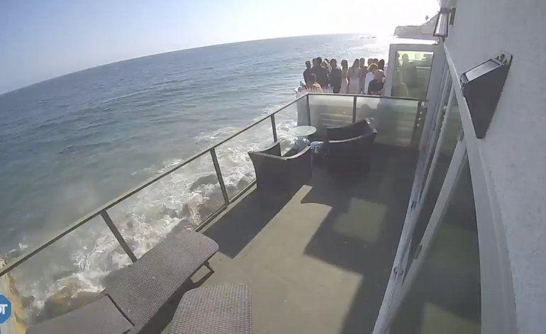 VIDEO: Un balcón abarrotado de gente colapsa sobre una playa rocosa y deja varios heridos en Malibú