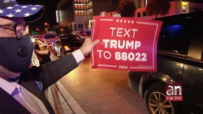 Partidarios de Trump y Biden en Miami esperan en una tensa calma los resultados