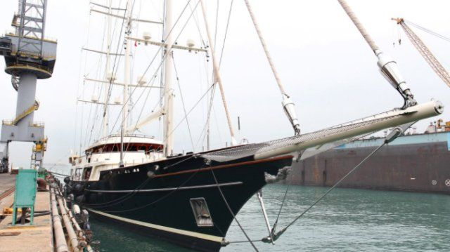 """El barco de Barry Diller, """"The Eos"""": una goleta Bermuda de tres mástiles en Hong Kong United Dockyards. Una similar habría encargado Jeff Bezos a Oceanco (Getty Images)"""