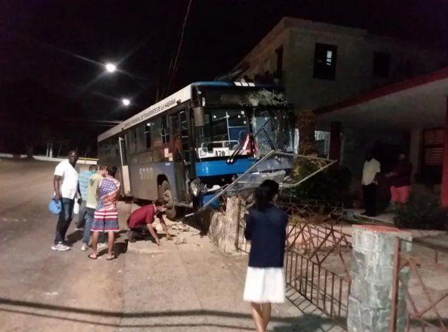 Ómnibus pierde el control y destroza el muro de una vivienda en La Habana