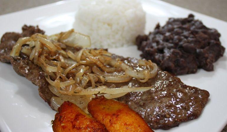 Bistec de Palomilla - Plato cubano que consiste en filete de ternera marinado en ajo, jugo de limón, sal y pimienta y luego frito