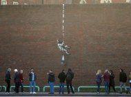banksy confirma haber hecho obra en muro de prision