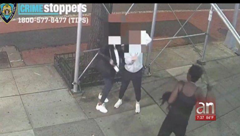 Mujer afroamericana ataca a dos mujeres asiáticas a martillazos en Nueva York