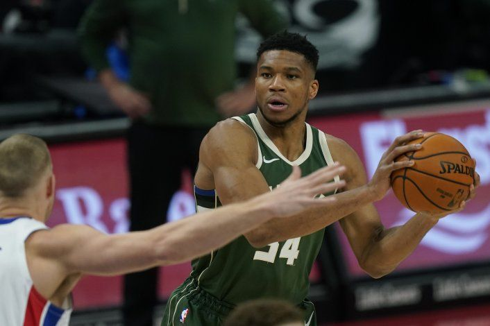 Giannis logra triple-doble; Bucks vencen a Pistons