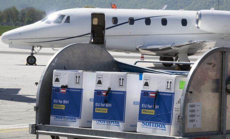 La UE entrega vacunas a Balcanes, compite con China y Rusia