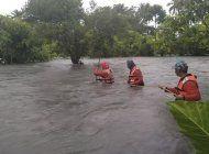 pobladores de filipinas huyen de sitios inundados por lluvia